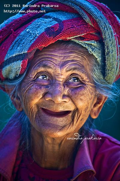 an old balinese woman with her joyous face happoy health indonesia bali prakarsa rarindra