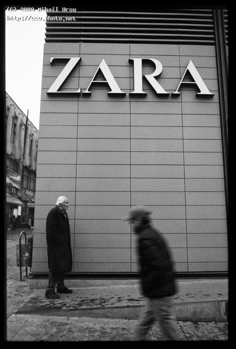 an old man in front of the zara shop seeking critique ursu mihail