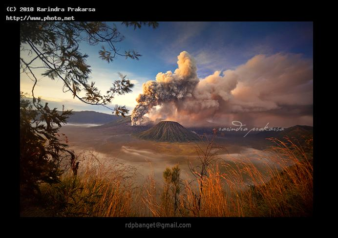 mount bromo volcanic eruption this taken a week ag indonesia beautiful prakarsa rarindra