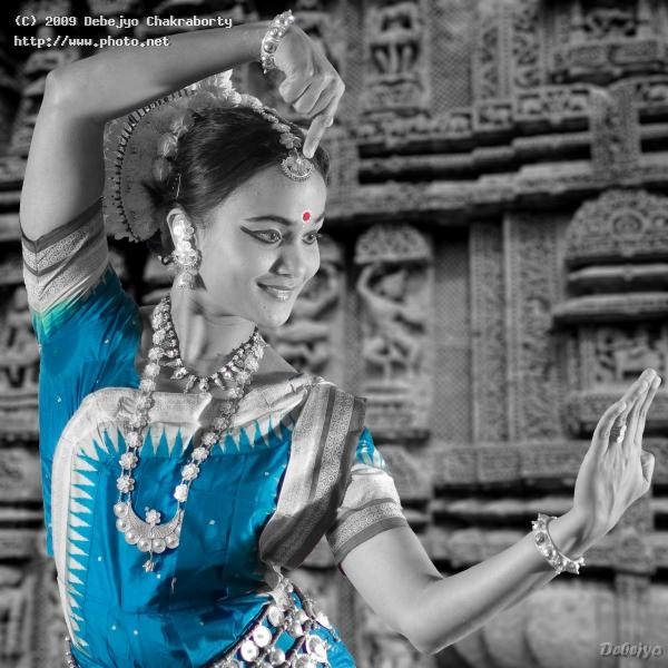 odissi pose showing the architecture of sun temple seeking critique chakraborty debejyo