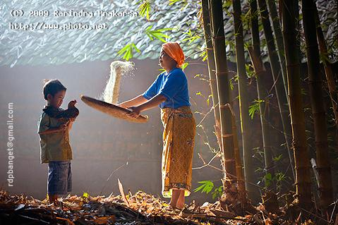 village morning indonesia mother child seeking critique prakarsa rarindra